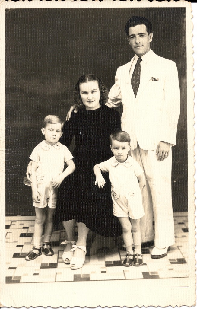 Lothar Nascimento, a esposa Erna, e os primeiros dois filhos, no Natal de 1942.