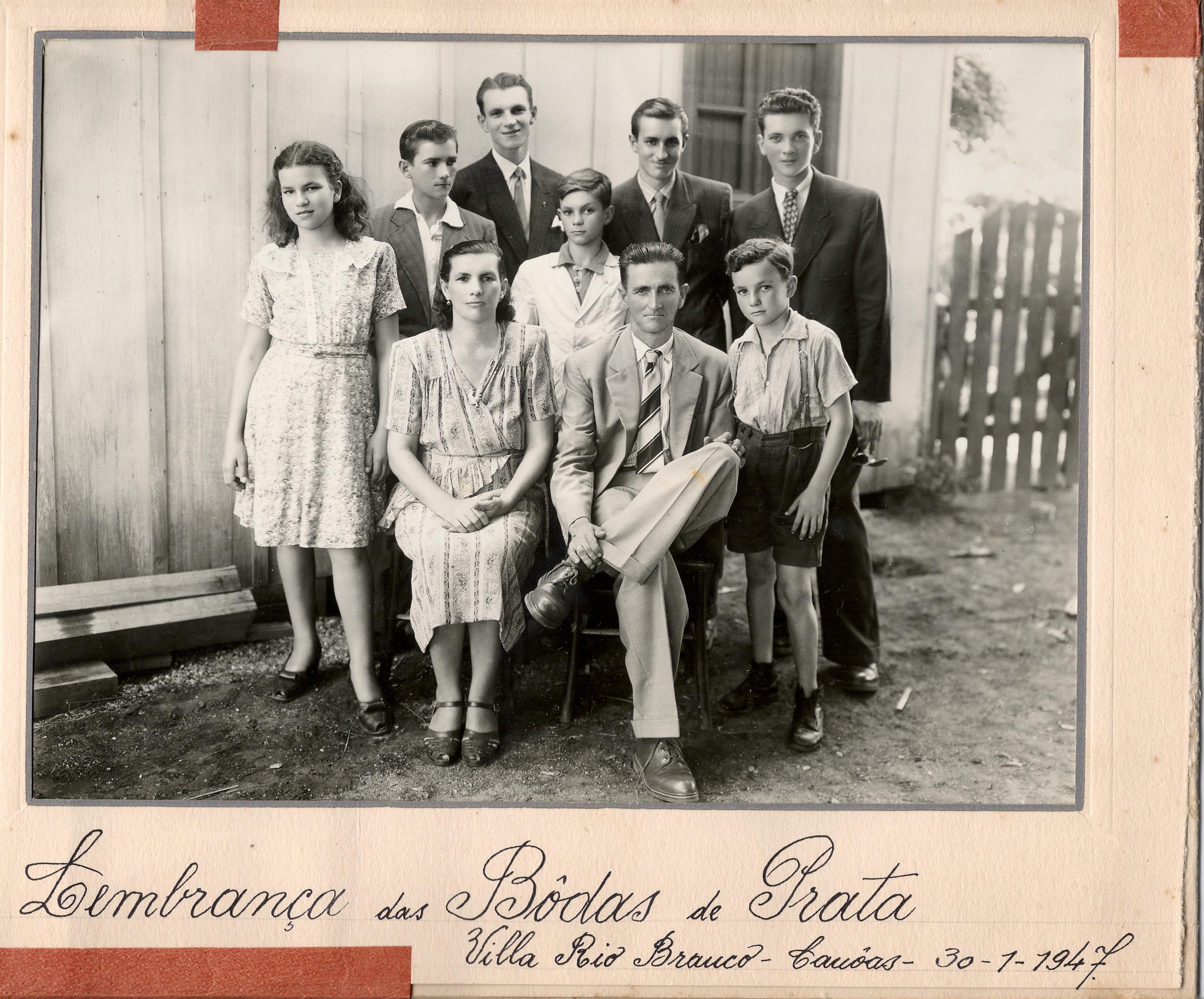 """Possivelmente, José Carlos, o tio """"Joca"""" e família, em 1947, Viamão. Acervo de família."""