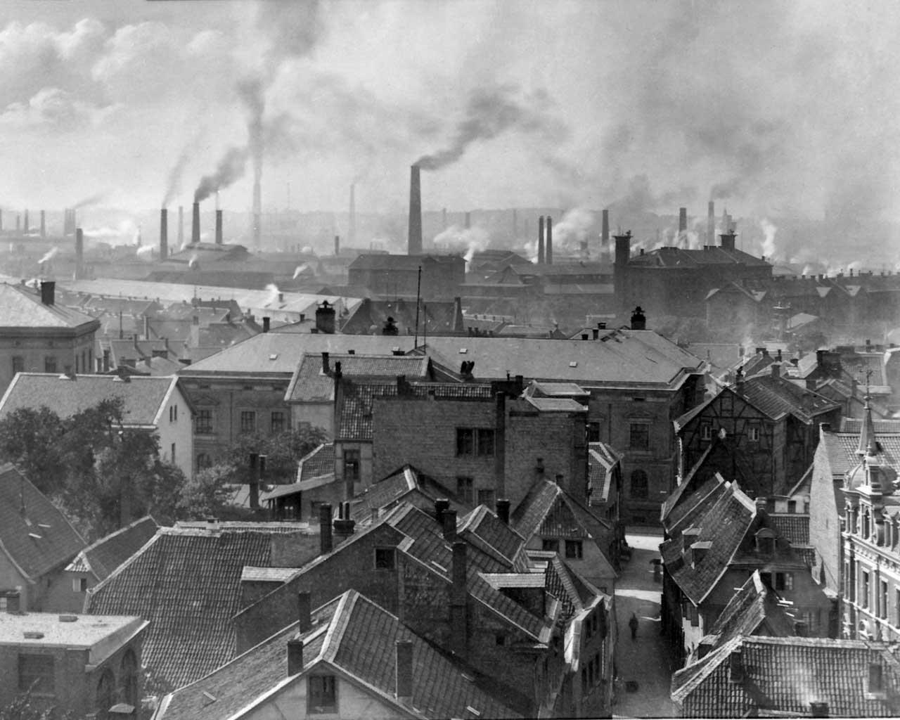 A fumacenta Essen, com as chaminés da Firma Krupp, em 1890. Vista da torre da prefeitura para o Oeste. Wikimedia Commons.
