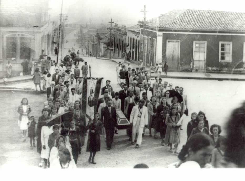 Fotografia antiga de um cortejo fúnebre em Tubarão, ao que parece subindo a ladeira em direção à Igreja Matriz. Imagem disponibilzada por ConhecimentoGeral.com. Sem data, autor desconhecido.