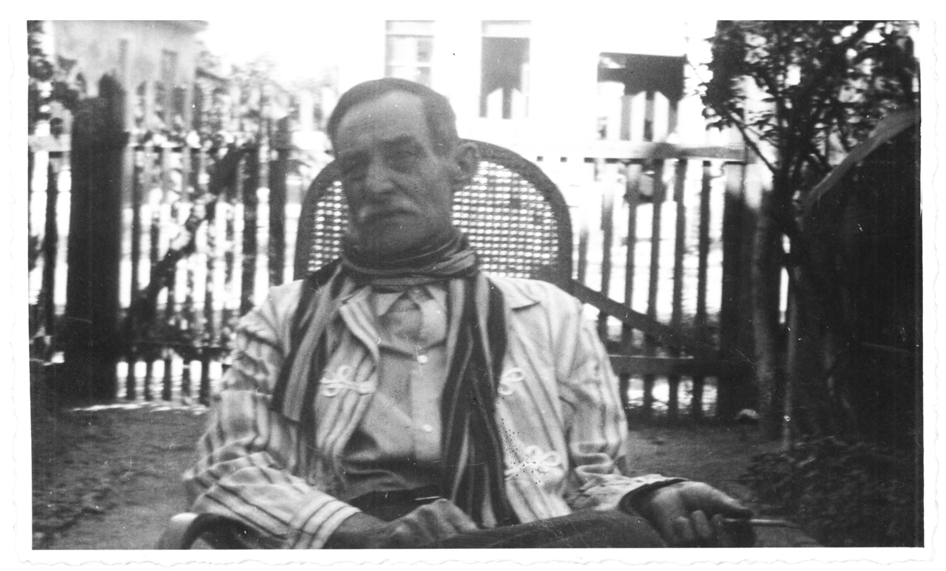 Theodoro nos últimos anos: já doente, usava a manta no pescoço para cobrir o tumor. Ca. 1940. Acervo de família.