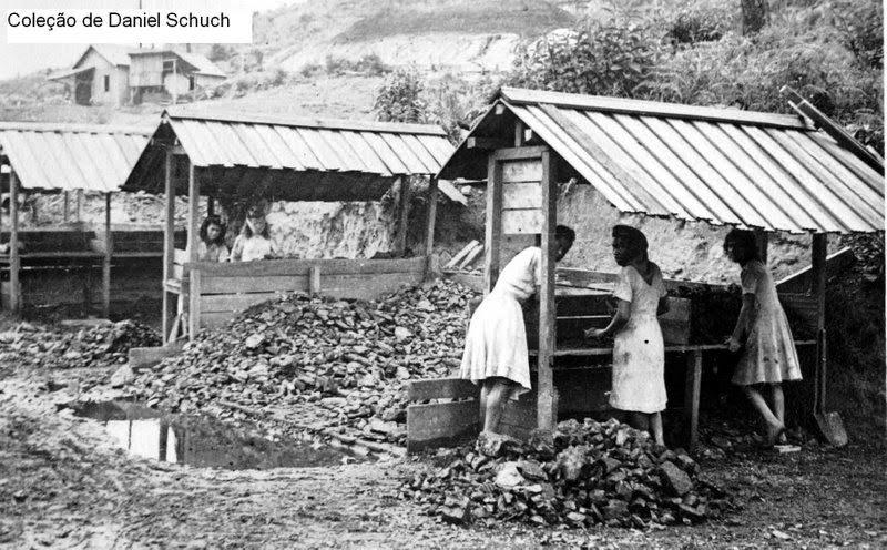 Escolhedeiras nas minas de carvão de Lauro Muller, Santa Catarina. Coleção de Daniel Schuch, disponibilizado em SantaNaMineracao.