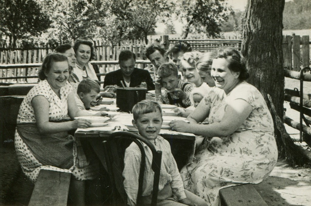 family-dinner-table-vintage