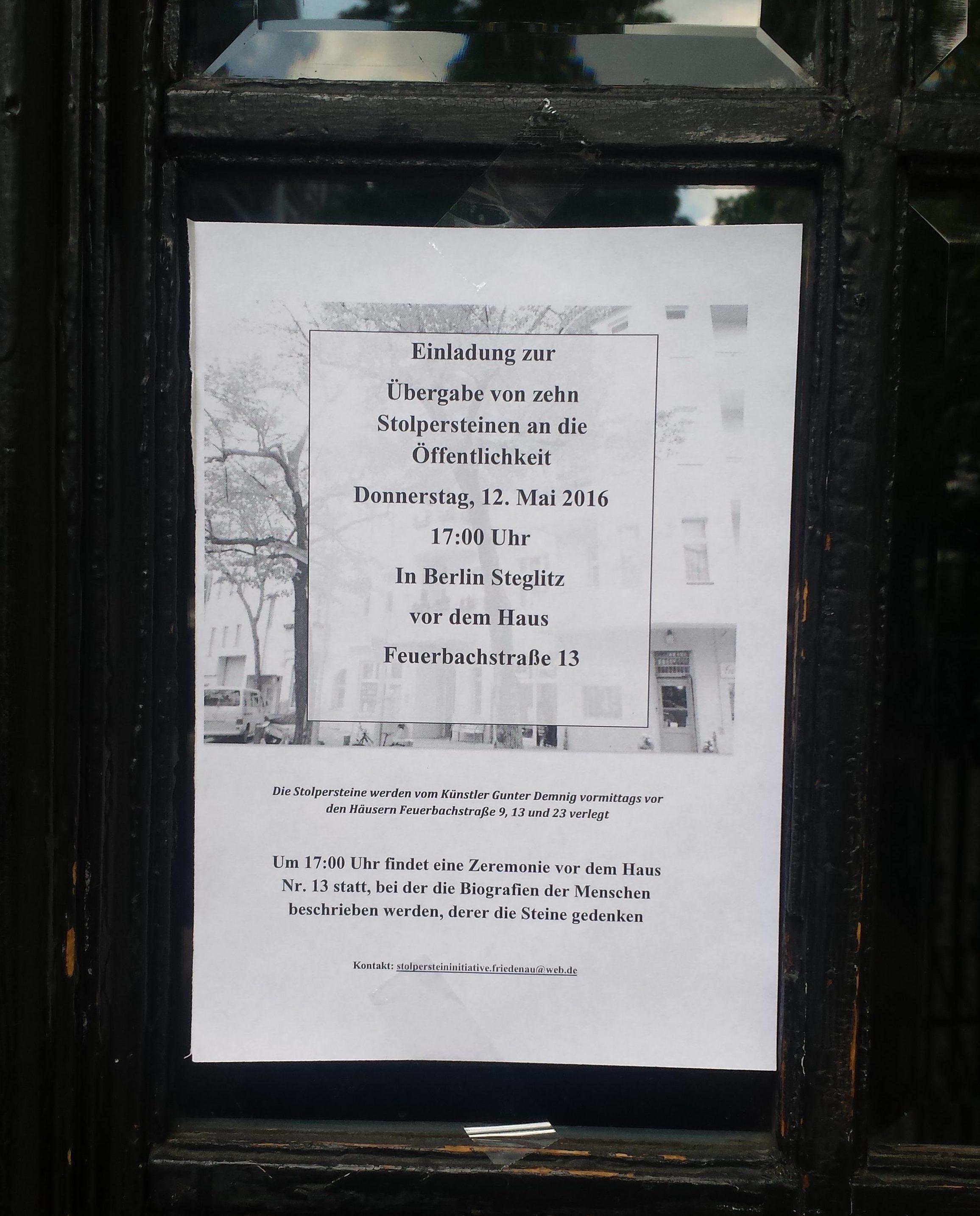 Convite para a entrega de dez Stolpersteinen na vizinhança, que tive a sorte de encontrar na porta de casa. Foto: direto do celular da Helga.